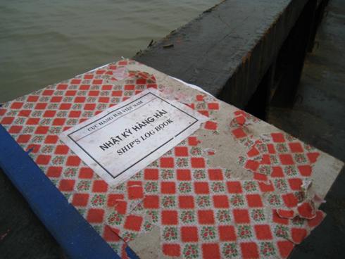 Cuốn nhật kí hàng hải của con tàu được tìm thấy trên khoang chứa hàng hóa đã bị ngấm nước, nhiều chỗ nhòe mực không đọc được chữ.