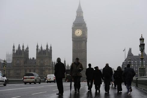 Kinh tế Anh dần trở nên u ám vì vấn đề nợ công và thâm hụt ngân sách. Ảnh: WSJ