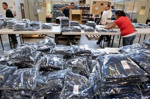 Quần jean đang được đóng gói và phân loại để bán lẻ trên trang trực tuyến Overstock.com