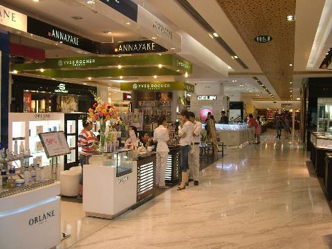 Khách hàng mua sắm tại Vincom Center B TP HCM.