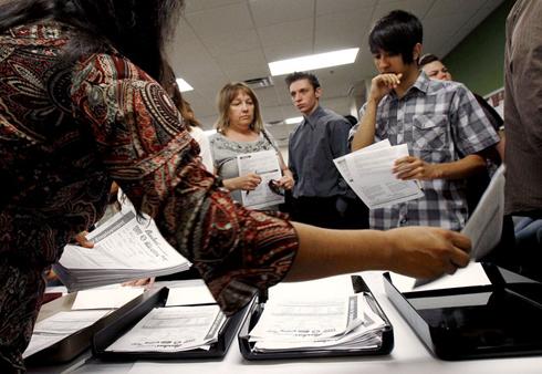 jobless aid 1367521364 500x0 Nhiều triệu phú Mỹ xếp hàng để có thể nhận trợ cấp thất nghiệp