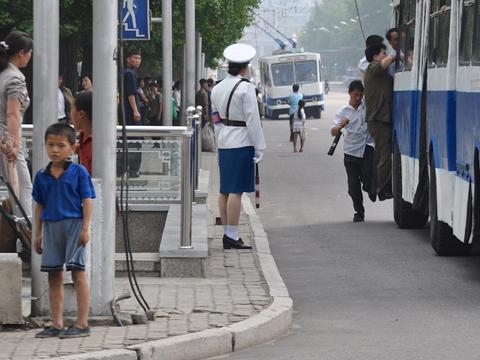 Một trong những khu phố nhộn nhịp nhất Bình Nhưỡng với trạm xe điện công cộng. Ảnh: Sohu