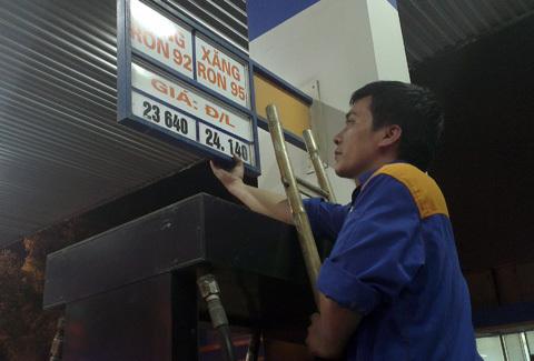 Giá xăng giảm lần thứ hai trong tháng tư. Nhưng tính cả hai lần giảm vẫn chưa bằng lần tăng cuối tháng 3. Ảnh: Hoàng Hà