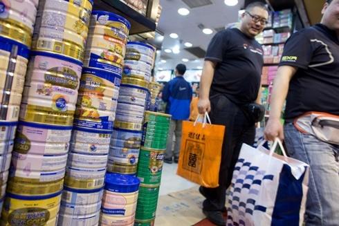 Mỗi khách du lịch ra khỏi Hong Kong chỉ được mang hai hộp sữa bột. Ảnh: Bloomberg