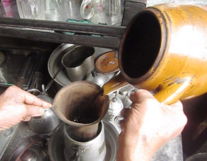 Dụng cụ để pha cà phê là cái siêu đất và vợt. Ảnh: Thi Hà