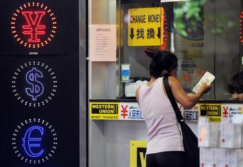 HKD 4765 1381986888 Hong Kong nên cân nhắc neo tỷ giá với nhân dân tệ