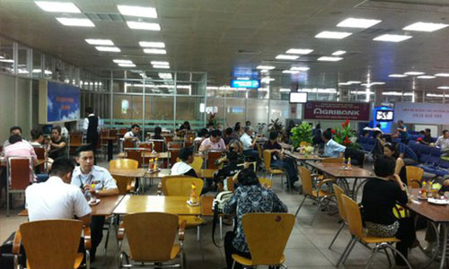 Cơm phở, mỳ tôm ở sân bay Tân Sơn Nhất chắc làm bằng vàng quá bà con ơi- Đọc mà ức chế lên não!