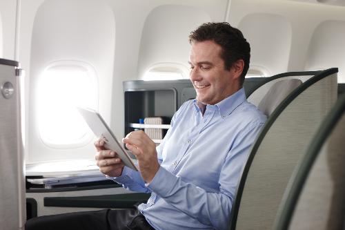 Những hãng bay với hạng ghế đặc biệt sang trọng, cao cấp và dịch vụ đặc biệt là lựa chọn của các doanh nhân. Tại hãng hàng không EVA Air, khi chọn hạng ghế Royal Laurel Class, quý khách sẽ được khi trải nghiệm những dịch vụ chăm sóc mang lại sự thoải mái như chính trong ngôi nhà của mình. Nơi đây cũng là một văn phòng di động với ổ điện 110 Vol, đèn LED đọc sách điều chỉnh cá nhân và màn phân chia linh động để tối đa sự riêng tư. Bên cạnh đó, dịch vụ tin nhắn điện thoại, thư điện tử và điện thoại vệ tinh cá nhân cho phép hành khách dễ dàng kết nối với bất cứ ai, ở bất cứ đâu, bất cứ khi nào.