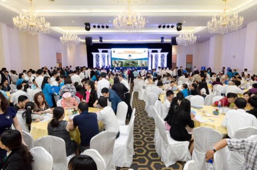 Buổi mở bán thu hút hơn 800 khách hàng tham dự. Xem thêm thông tin chi tiết tại đây (link ẩn:http://datxanhmiennam.com.vn/du-an/du-an-can-ho/khu-phuc-hop-do-thi-xanh-topaz-city.html#)