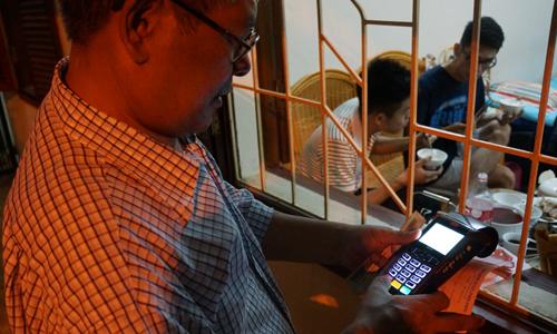 Người Hà Nội nhận hóa đơn tiền điện từ POS