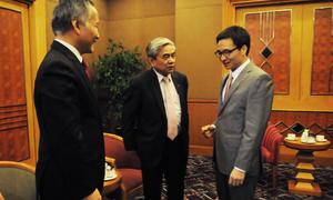 Từ phải qua trái: Phó thủ tướng Vũ Đức Đam trao đổi với Bộ trưởng Khoa học & Công nghệ - Nguyễn Quân và Thứ trưởng Công Thương - Trần Quốc Khánh trước giờ khai mạc sự kiện