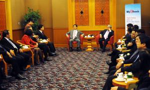 Phó thủ tướng Vũ Đức Đam, Bộ trưởng Khoa học & Công nghệ - Nguyễn Quân trao đổi với giới lãnh đạo ngân hàng trước buổi lễ