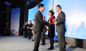 Tổng biên tập VnExpress - ông Thang Đức Thắng tặng các vị khách quý kỷ niệm chương của chương trình