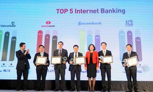 Phó thống đốc Nguyễn Thị Hồng và Chủ tịch FPT - Trương Gia Bình trao kỷ niệm chương cho 5 ngân hàng có dịch vụ Internet Banking được yêu thích nhất
