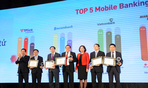 Phó thống đốc Nguyễn Thị Hồng và Chủ tịch FPT - Trương Gia Bình trao kỷ niệm chương cho 5 ngân hàng có dịch vụ Mobile Banking được yêu thích nhất