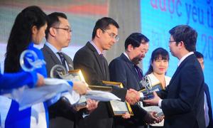 Ông Phạm Văn Hiếu - Phó tổng biên tập VnExpress trao kỷ niệm chương cho 5 ngân hàng được quan tâm nhất My Ebank 2014