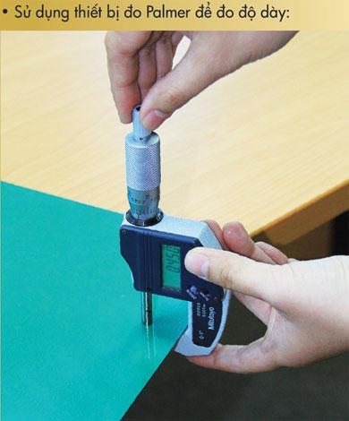 Sử dụng thiết bị đo Palmer để đo độ dày tấm tôn.