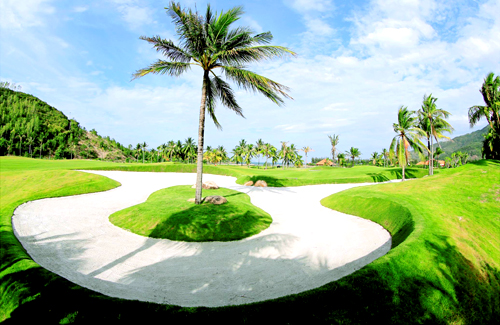 Giai đoạn 1 dự án được thiết kế với nhiều hạng mục đã hoàn thiện và đưa vào hoạt động bao gồm Sân golf 18 lỗ tiêu chuẩn quốc tế do Nhà thiết kế danh tiếng thế giới DYE (USA) thiết kế, được đánh giá là một trong những sân golf thử thách nhất hiện nay, Nhà câu lạc bộ golf cao cấp, khu Diamond Bay resort 4 sao hơn 340 phòng, trung tâm hội nghị quốc tế, sân khấu Hoàn Vũ với hơn 7500 chỗ trong nhà, nơi diễn ra cuộc thi Hoa Hậu Hoàn Vũ Thế giới 2008 và các tiện ích giải trí khác cũng đã được xây dựng hoàn thành như Sân tập golf đầu tiên ở Việt Nam  hướng biển đẳng cấp thế giới; Khu vui chơi giải trí, và các tiện tích khác như SPA, nhiều nhà hàng, bar cao cấp&và đặc biệt Bãi biển Nhũ tiên đẹp, thoáng mát, riêng biệt là một trong những bãi biển đẹp nhất Việt nam.
