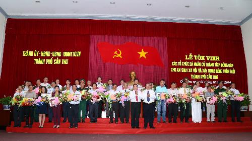 Các tổ chức, cá nhân được Thành ủy Thành phố Cần Thơ tuyên dương.