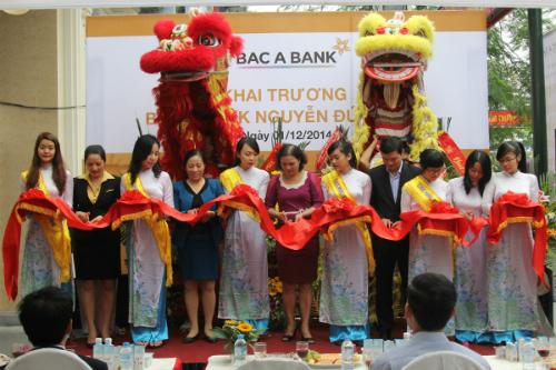Ba-Tran-Thu-Hang-va-dai-dien-B-6933-3679