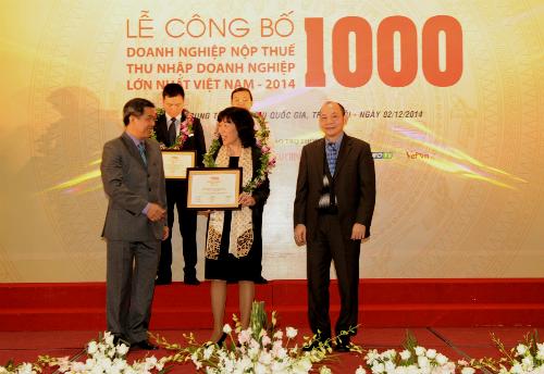 Bà Lê Thị Hoa, ủy viên Hội đồng quản trị Vietcombank nhận Giấy chứng nhận Top 10 của ban tổ chức