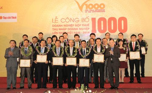 Đại diện Vietcombank, bà Lê Thị Hoa, ủy viên Hội đồng quản trị Vietcombank (hàng 3, thứ 3 từ trái sang) cùng các doanh nghiệp Top 30 nhận giải