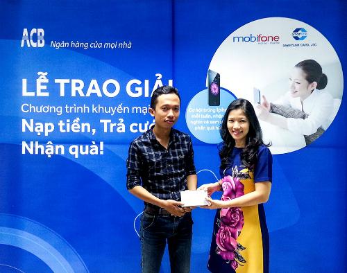Bà Lê Khắc Vân Anh - Trưởng phòng Ngân hàng điện tử, Ngân hàng ACB trao thưởng cho Khách hang may mắn.