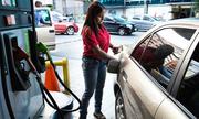 Tỷ giá chợ đen xoáy sâu nghịch lý giá xăng ở Venezuela
