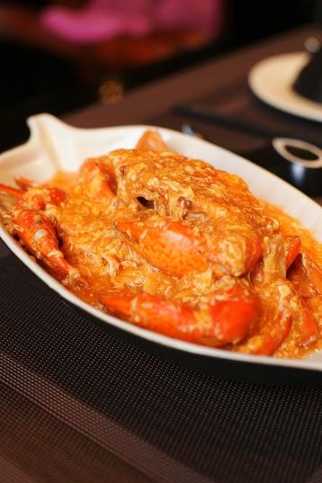 Cua sốt ớt Singapore là món ăn ngon nổi tiếng ở đảo quốc Sư tử. Thật không ngoa nếu nói Cua sốt ớt là bản hòa tấu của miền nhiệt đới giữa thịt cua với nước sốt sánh mịn được chế biến hoàn hảo từ hành tây, ớt cay, gừng, hành củ& Vị cay nồng như bùng nổ nơi đầu lưỡi với rất nhiều cảm giác đến từ các loại gia vị hòa quyện một cách độc đáo. Bạn khó mà cưỡng lại món ăn này khi trước mặt lại có thêm đĩa bánh bao chiên thơm lựng.