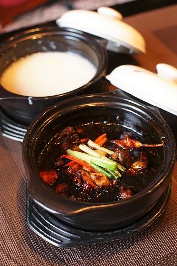 Cháo ếch Singapore thu hút người ăn bởi vị cay đậm đà, rồi đến vị ngọt. Bạn hãy thong thả đưa miếng thịt ếch lên miệng để trải nghiệm cảm giác các vị cay, bùi, ngọt, ngậy và thơm ấy đang hòa quyện vào nhau. Cháo ếch được chia làm hai phần: một bên là cháo trắng thơm ngần, bên kia là thịt ếch vàng rộm được đặt trong một chiếc nồi đất đơn sơ. Món cháo ngon không thể thiếu những gia vị như: xả, ớt, hành tươi, dầu hào&, càng không thể không nhắc đến sự khéo léo, tài hoa của người đầu bếp.