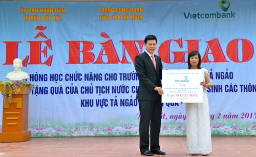 Phạm Mạnh Thắng - Phó Tổng giám đốc cũng đã trao tặng cho Trường Tiểu học và THCS thôn Tả Ngảo 10 bộ chiếc máy vi tính (trị giá 80 triệu đồng) giúp nhà trường có thêm trang thiết bị phục vụ việc dạy và học.