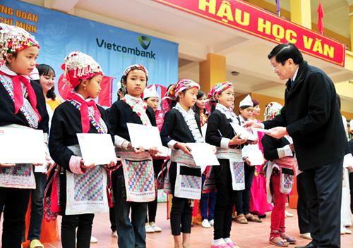 Chủ tịch nước Trương Tấn Sang đã tặng nhà trường 50 triệu đồng và trao 20 suất học bổng, mỗi suất trị giá 3 triệu đồng cho 20 em học sinh nghèo vượt khó của trường.