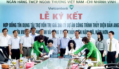 Lễ ký kết hợp đồng tín dụng tài trợ thực hiện dự án Nhà máy thủy điện Bản Ang giữa Vietcombank Vinh và Công ty cổ phần thủy điện Nậm Mô, Nậm Nơn