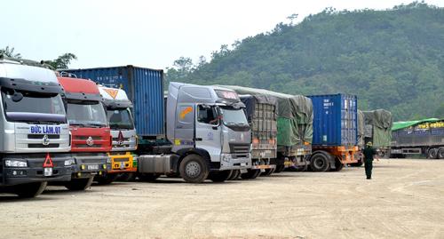 Hàng chục nghìn tấn gạo ùn tắc ở cửa khẩu Lào Cai