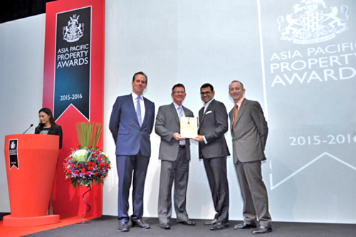 ông Meachel Terrence Gammel  Tổng Giám Đốc Vina Đại Phước nhận giải thưởng Best Residential Development 2015.