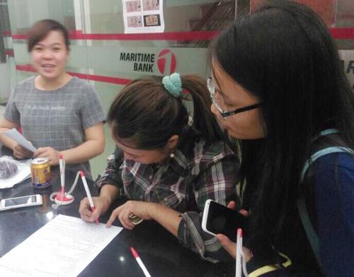Chị HỒng đang thực hiện các thủ tục giao dịch tạiMaritime Bank Phan Xích Long .