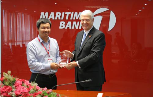 Ông Hoàng Vũ Mạnh  Giám đốc Trung tâm Thị trường tài chính Maritime Bank - đại diện Ngân hàng nhận giải thưởng Thanh toán đa tệ / Global Currency Award từ ông David Walker Smith  Giám đốc vùng phụ trách khu vực Đông Nam Á của Wells Fargo..