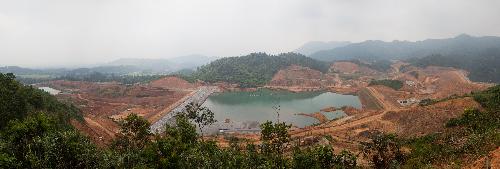 Công ty không chỉ triển khai các công trình khai khoáng, nhà máy chế biến mà cònxây dựng các công trình phụ trợ như hệ thống xử lý nước thải và hồ chứa đuôi quặng.