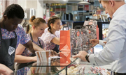 Chàng trai người Anh bán món ăn đường phố Việt giữa London