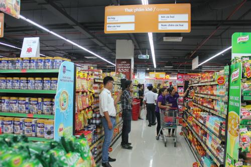 Khách hàng tham quan mua sắm tại VinMart Biên Hòa.