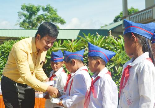 Đại diện Ngân hàng cổ phần thương mại Bắc Á tặng quà cho các em học sinh Trường Tiểu học Tri Lễ 2.