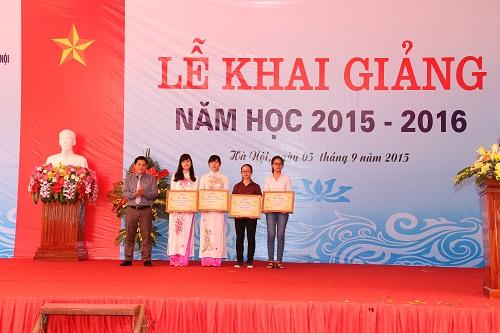 Ông Nguyễn Văn Đình- Phó Giám đốc công ty TNHH Dược phẩm Hoa Linh trao học bổng Dạ hương cho các bạn nữ sinh viên có thành tích học tập xuất sắc của Đại Học Dược Hà Nội.
