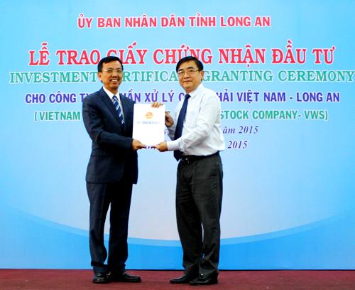 Ông Đỗ Hữu Lâm- Chủ tịch UBND tỉnh Long An trao giấy chứng nhận đầu tư cho ông David Dương, chủ tịch hội đồng quản trị kiêm Tổng Giám đốc Công TY Cổ phần Xử Lý Chất Thải Việt Nam- Long An