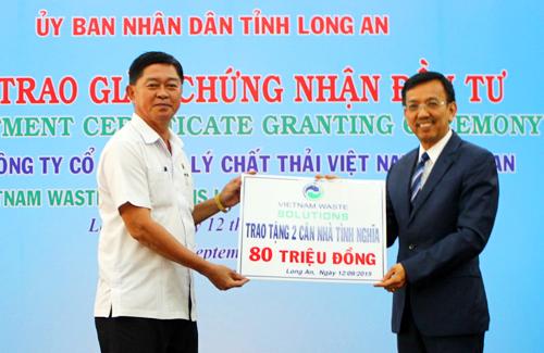 Ông Võ Lê Tuấn- chủ tịch Ủy ban Mặt Trân Tổ Quốc tỉnh Long An nhận tài trợ 2 căn nhà tình thương từ ông David Dương