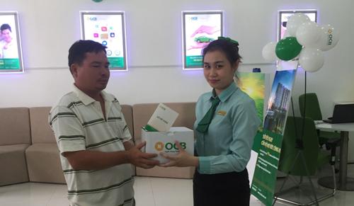 Khách hàng giao dịch và nhận quà tại OCB Hóc Môn trong ngày đầu khai trương