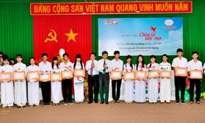 Kienlongbank trao học bổng cho học sinh An Giang