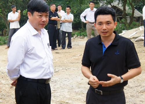 : Giám đốc Trần Văn Toán (áo đen bên phải) cùng cán bộ địa phương thăm nông trại gà đạt chuẩn thương hiệu Gà36 tại Tử Du, Lập Thạch, Vĩnh Phúc