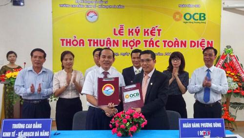 Ông Trương Đình Long  Phó Tổng Giám đốc OCB và Nhà giáo ưu tú, tiến sĩ Lê Quang Hùng  Hiệu trưởng Trường Cao Đẳng Tài chính kế hoạch kí kết hợp tác chiến lược