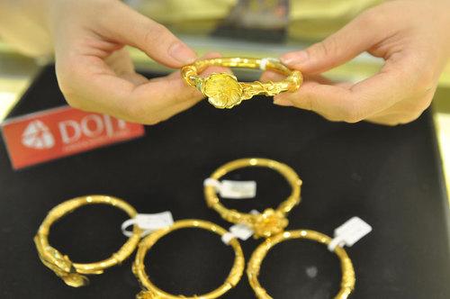 Giá USD giảm mạnh, vàng tiếp tục đi xuống 1