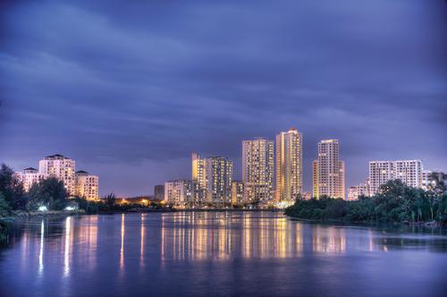 Khu căn hộ cao tầng nhất trong Phú Mỹ Hưng là Riverside Residence cũng là một trong những công trình nhà ở có tầm nhìn ra sông. Mức giá thuê tại đây dao động 22-26 triệu đồng một tháng cho căn 80m2. Toàn bộ khu phố gồm 5 tòa nhà A, B, C, D, E cao 17-29 tầng, có 51 cửa hàng và 671 căn hộ. Công trình được xây dựng trên khuôn viên đất rộng 45.425m2 với mật độ xây dựng 22,87%, diện tích đất giao thông 5,19%, có đến 71,92% diện tích dành cho không gian xanh mở. Công trình đã được đưa vào hoạt động từ tháng 11/2010.